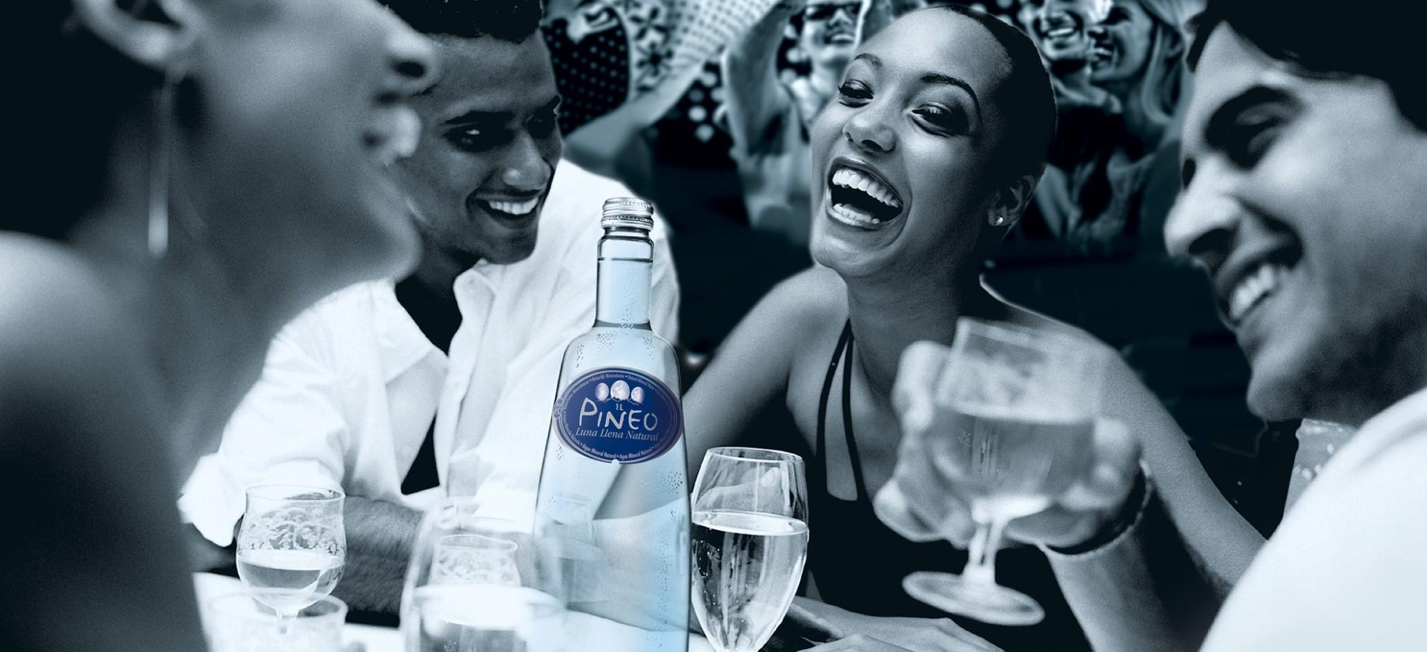 El agua mineral Pineo en las fiestas, en la mesa y en el restaurante