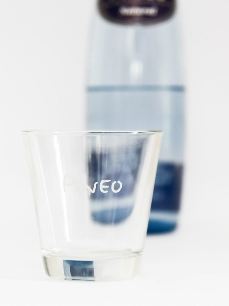 Pineo is microplastic vrij bergwater in glas verpakt.