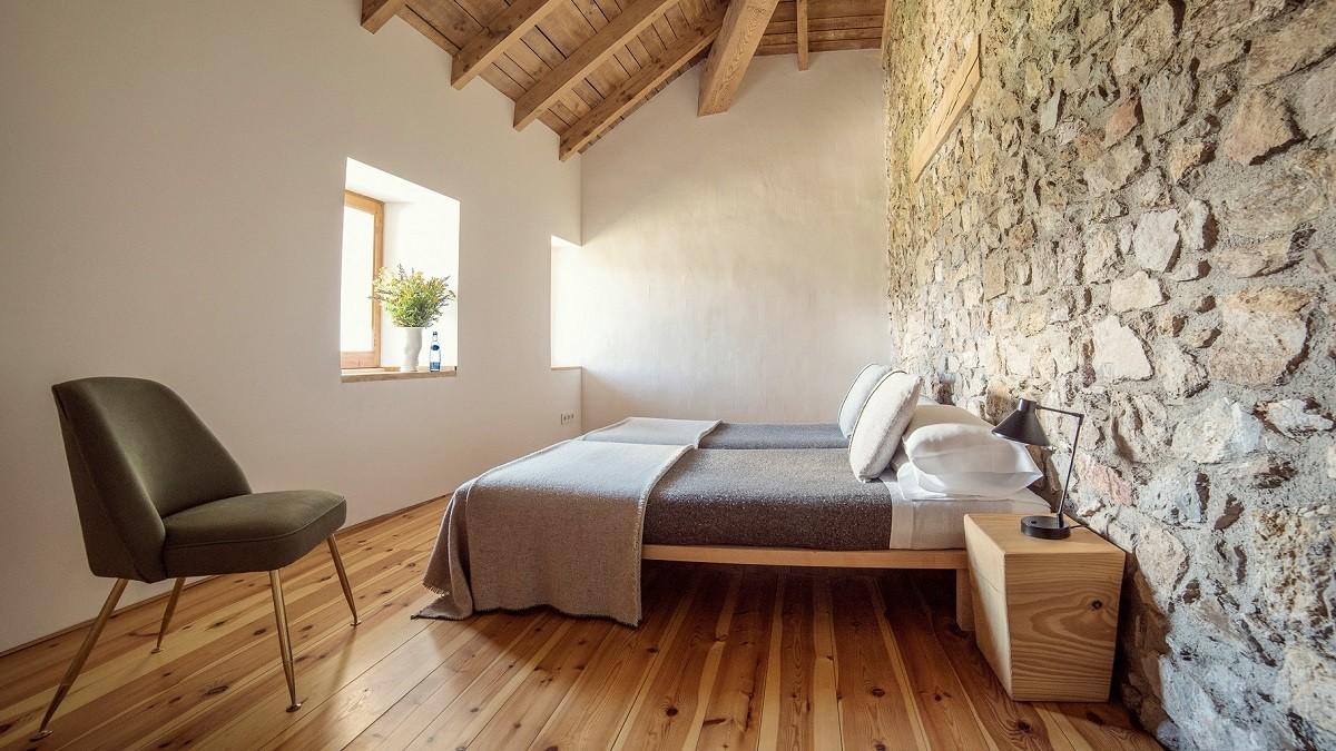 eines der Schlafzimmer in Cal Calsot Bed & Breakfast in Spanien