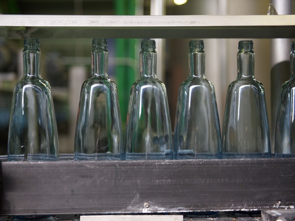The glass bottles from Pineo. A water without microplastics.