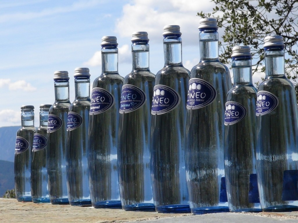 Glass bottles of Pineo a water without microplastics