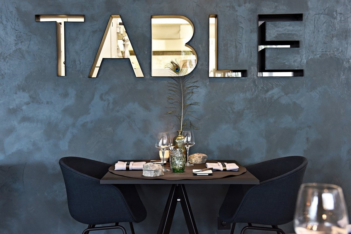 A table with two black poles at Chef's Table in Burcht