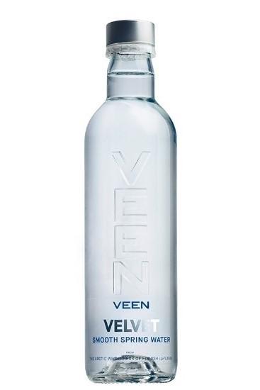 una botella de agua Veen, agua de manantial de Finlandia